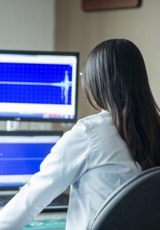 Lekarz przy monitorze